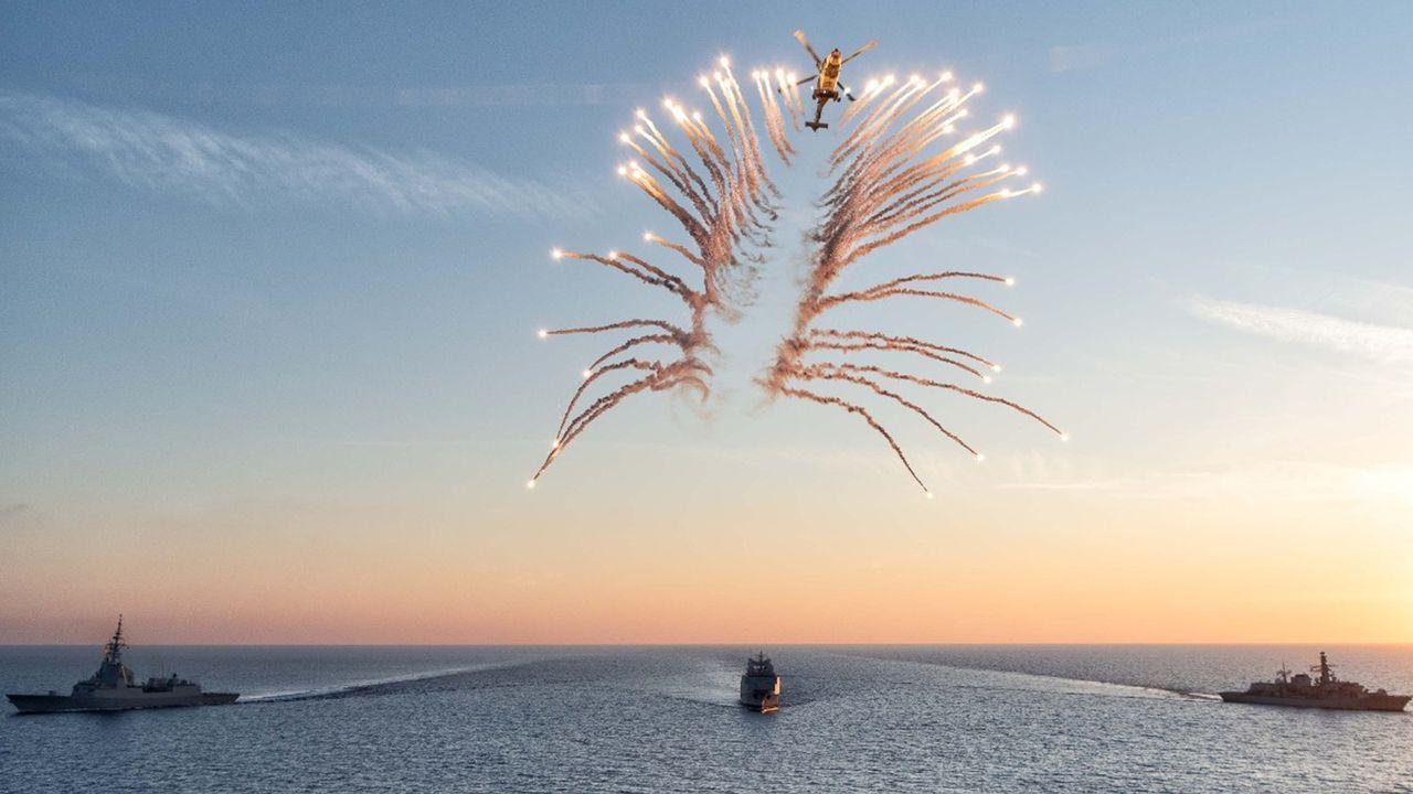 Un helicóptero Wildcat de la Royal Navy dispara bengalas sobre los buques en el área de Malta