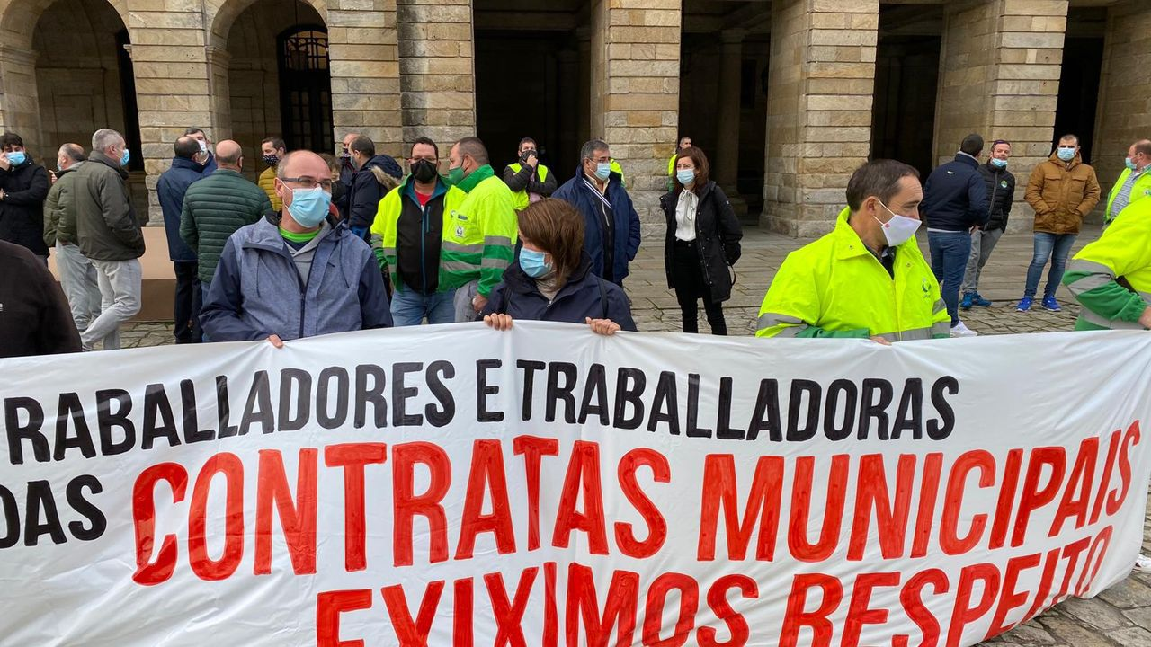 Trabajadores de las concesionarias del transporte público y la limpieza reclamaron diálogo con el gobierno local con una concentración en la Praza do Obradoiro al inicio del pleno