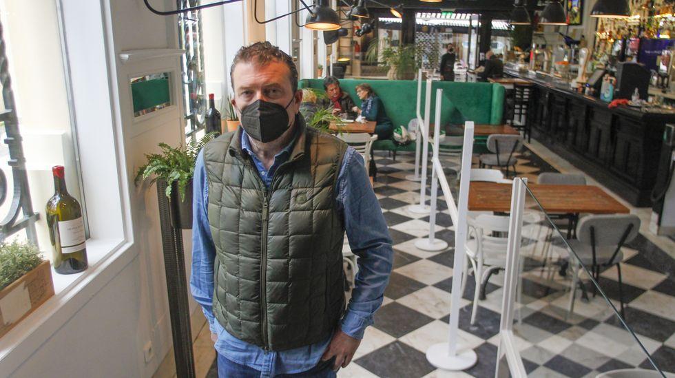 Rafael Orjales, ayer en el Bla Bla Café, el establecimiento que regente en la calle Real de Ferrol