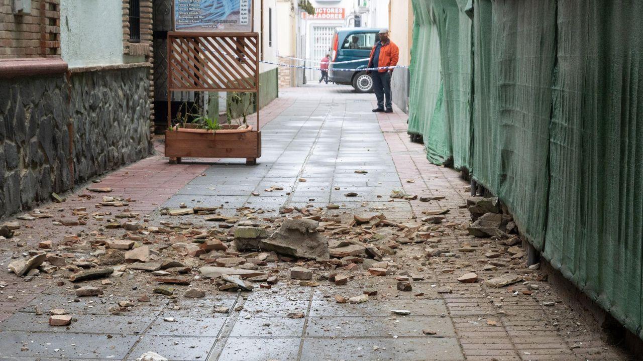 Cascotes caídos de los edificios en la localidad granadina de Santa Fe