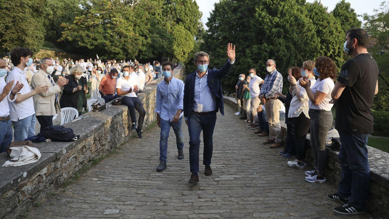 Empleados de la fábrica quemaron el cartel de Alcoa, en la entrada, al iniciar la huelga del pasado día