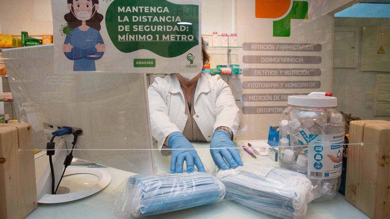 Un enfermero toma una muestra a una mujer en el cribado que se llevó a cabo en O Incio en el mes de septiembre
