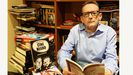 Justro Braga posa junto su nuevo libro, «Todos tus crímenes»