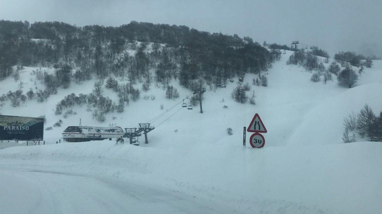 Carretera abierta alrededor de la nieve en Somiedo.En Fuentes de Invierno están «desenterrando» la estación