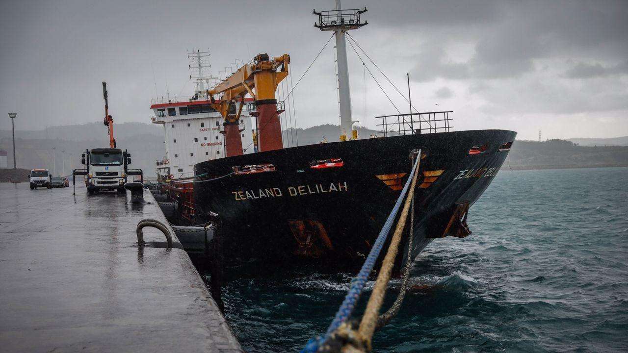 Investigan la aparición de galletas de hidrocarburo en Bastiagueiro.Miembros de Protección Civil y de la Guardia Civil en las labores de rescate del pesquero
