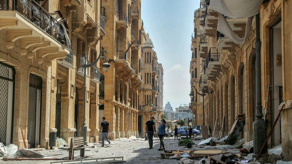 La gente inspecciona el estado de sus casas un día después de la explosión