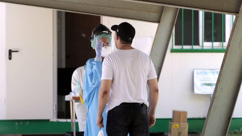 Toma de muestras en el hospital de Monforte para la realización de pruebas diagnósticas de coronavirus