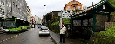 Traslado de los polizones desde el puerto de Vigo.Un vecino de Chapela espera ayer ante una marquesina la llegada del autobús de Vitrasa que le traslada hasta Vigo.