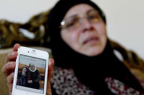 El primer español enfermo de ébola.Una libanesa muestra la foto de dos familiares que viajaban en el avión accidentado.
