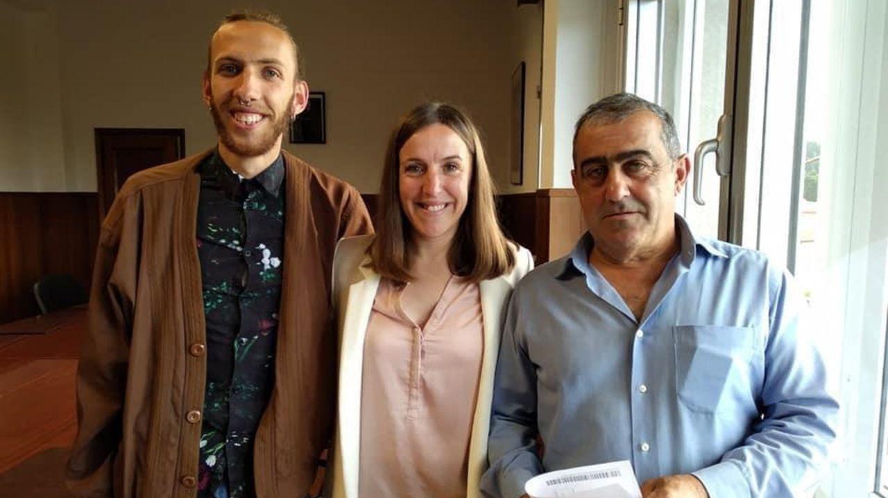 Cándido Rosendo, a la derecha, deja su acta en el Concello de Vilaboa después de catorce años como concejal