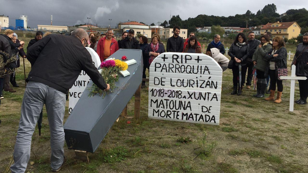 Culturgal: a festa da cultura galega.Las mariscadoras de A Illa forman cadenas humanas para retirar las algas de las playas