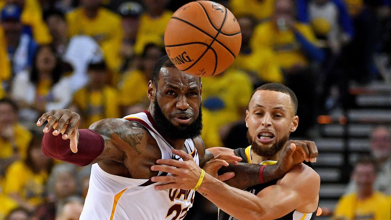 Curry pelea con LeBron James por una bola suelta