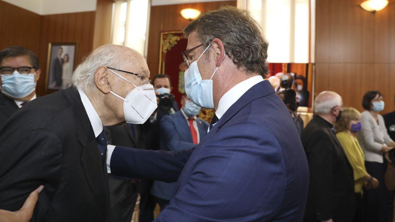 Núñez Feijoo saluda a José Manuel Romay Beccaria, miembro del Consejo de Estado, con quien trabajó en la Consellería de Sanidade en los noventa