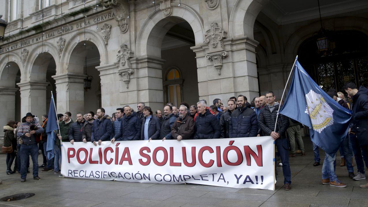 Concentración contra el cierre de la unidad de primera acogida del Materno.CONCENTRACION DE POLICIAS LOCALES DELANTE DEL AYUNTAMIENTO DE A CORUÑA