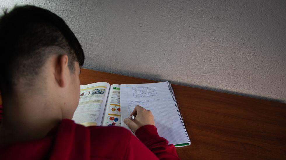 Alumno trabajando en casa durante el confinamiento