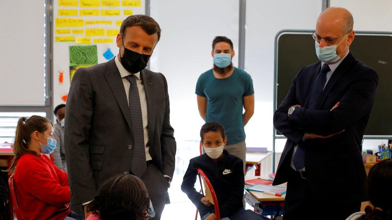 Francia y Austria reabren las terrazas después de seis meses.Emmanuel Macron y Jean-Michel Blanquer en una visita a un colegio