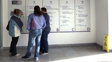 Un grupo de pacientes consulta la ubicación de los servicios en las consultas externas del HUCA.Un grupo de pacientes consulta la ubicación de los servicios en las consultas externas del HUCA
