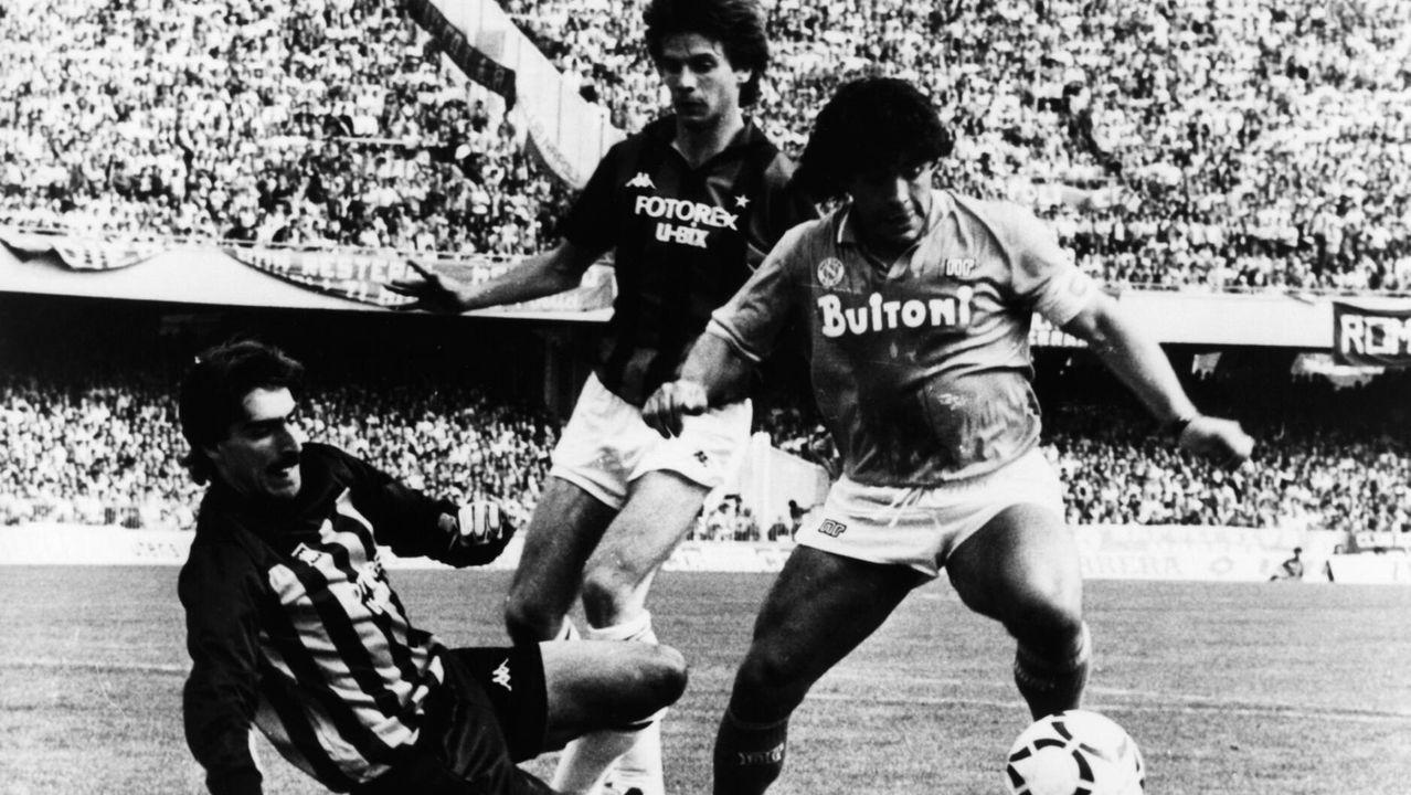 Como futbolista del Nápoles, en un compromiso frente el Milán
