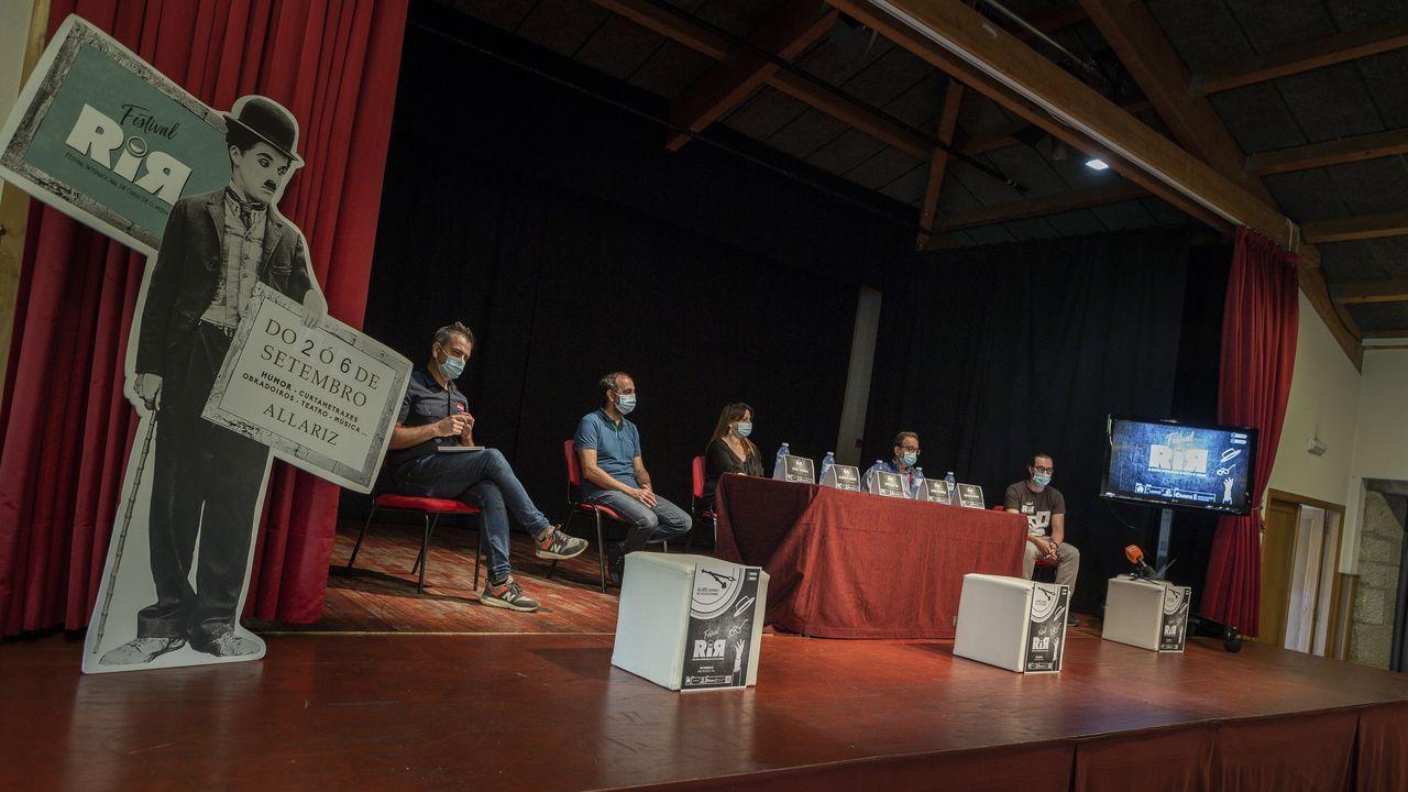 ¡Así fue la presentación del corto As Peixeiras en A Pobra!.El cineasta Andrei Konchalovski, con su mujer la actriz Julia Vysotskaya y su hijo, a su llegada a la premiere del filme «Dear Comrades»