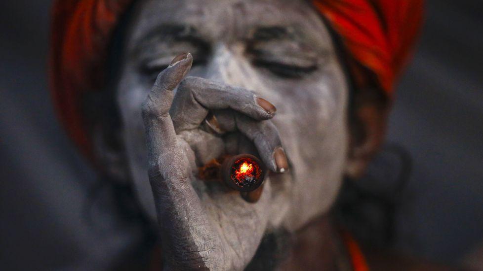 Los actos de la entrega de Medallas de Asturias.Un sadhu o asceta hindú fuma marihuana en una pipa de arcilla en el templo Pashupati en Katmandú (Nepal) durante las celebraciones del Festival Maha Shivaratri. Más de 100.000 devotos hindúes y sadhus acuden al templo Pashupati para conmemorar el nacimiento del Lord Shiva, el dios de la creación y la destrucción
