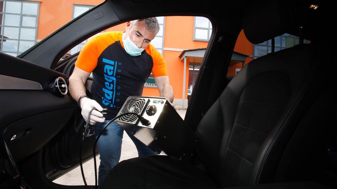 Toto, gerente de Desguaces Sidegal, con la máquina de ozono