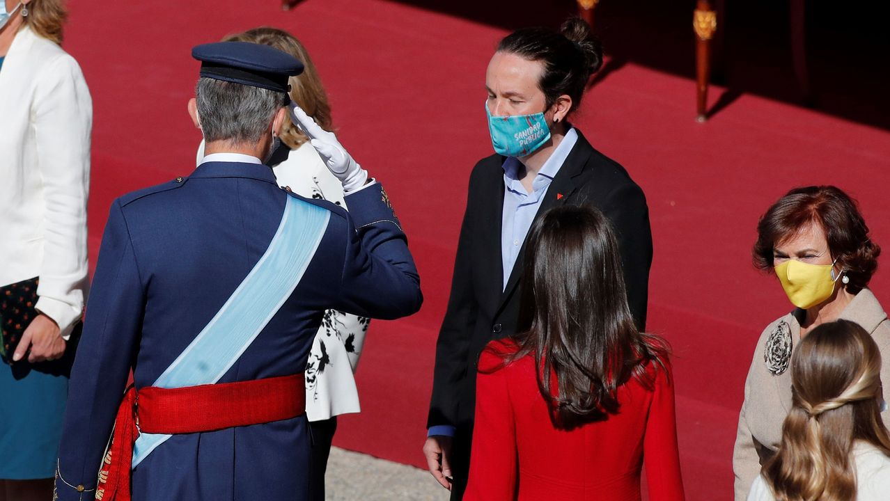 Los reyes y sus hijas, saludando a los presidentes autonómicos, entre ellos Feijoo.