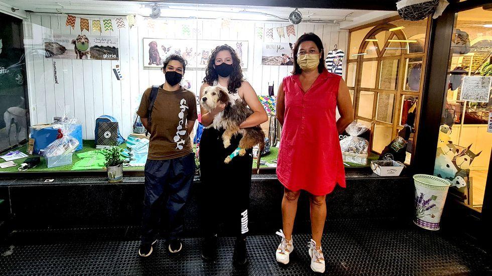 Alegría (a la izquierda), veterinaria en Mascotiñas y quien adoptó a Óscar; Uxía Couselo (centro), estudiante del Maruxa Mallo y ganadora del sorteo; y Ana Hervés (derecha), representando a los comerciantes que colaboraron en la iniciativa solidaria.