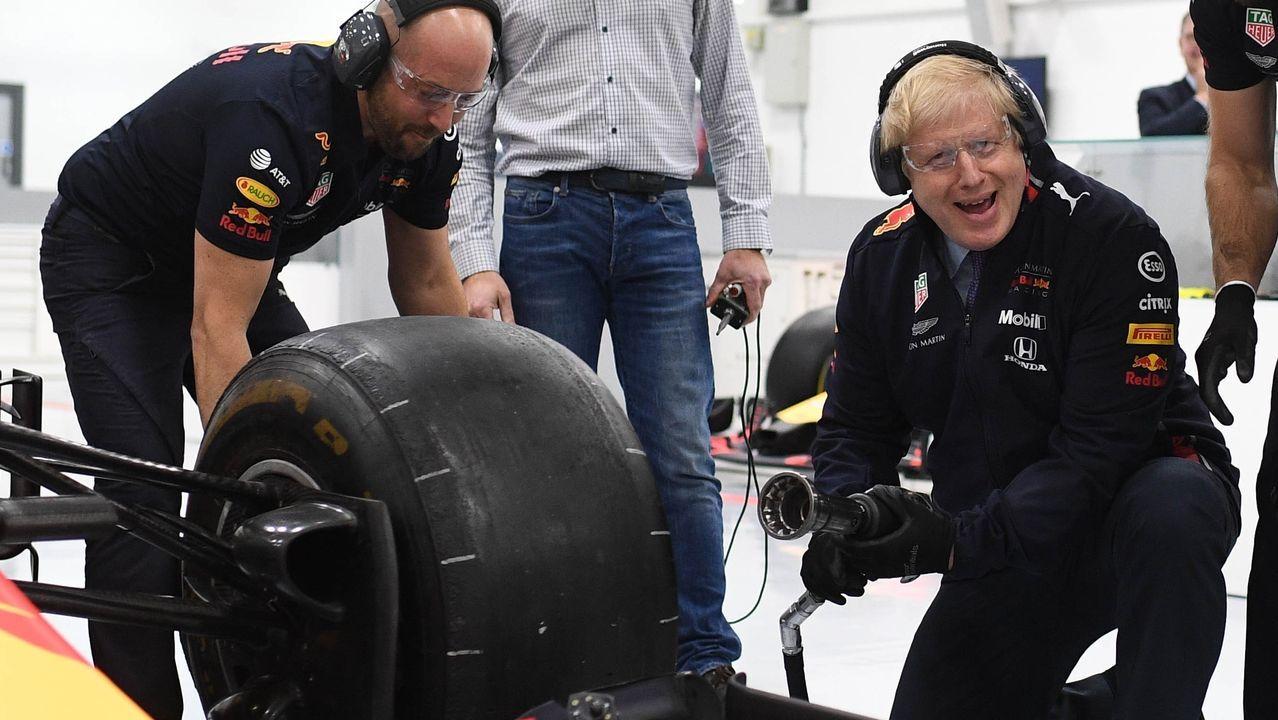 Boris Johnson, durante su visita a la fábrica de una escudería de Formula 1