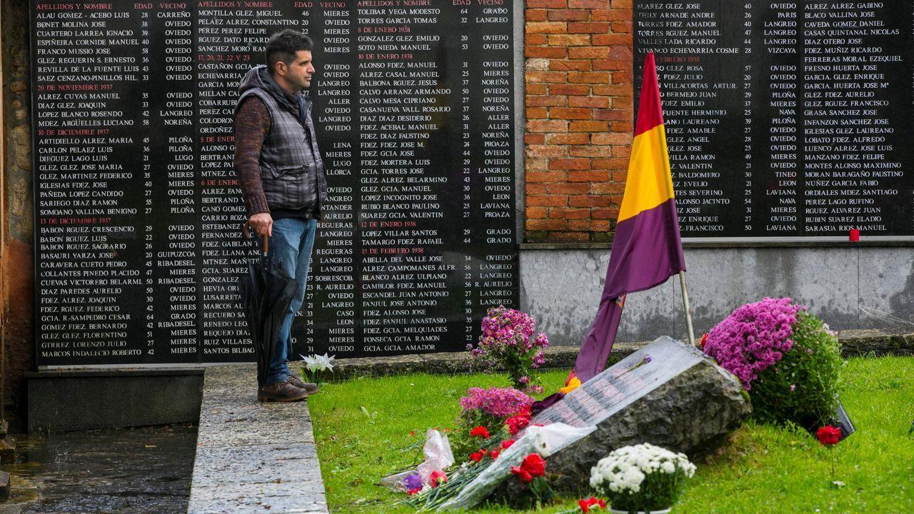 Una persona visita La Fosa común en el cementerio del Salvador de Oviedo