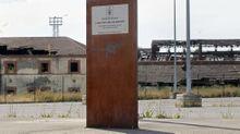 Poste metálico en el puerto seco que recuerda la inauguración en el 2014 de este parque empresarial