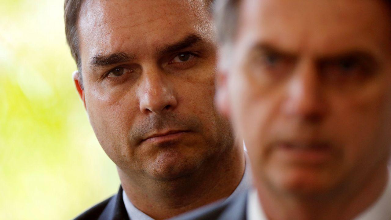 Flávio Bolsonaro, tras su padre, en la sede del Gobierno en Brasilia