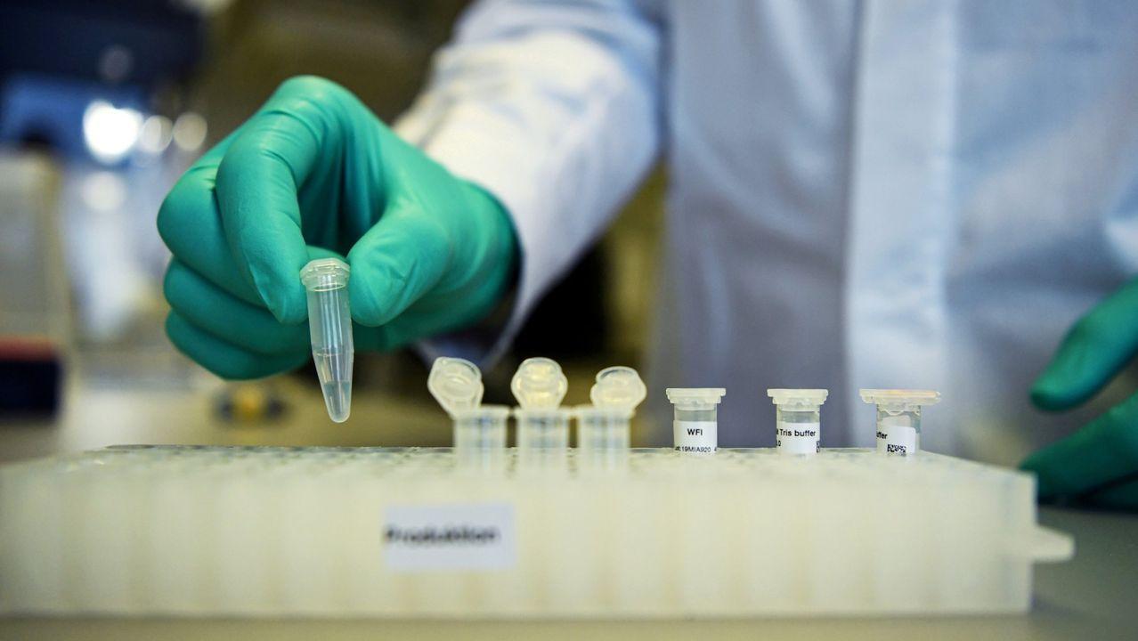 Un empleado de la biofarmacéutica alemana CureVac, que desarrolla una de las candidatas a vacuna covid