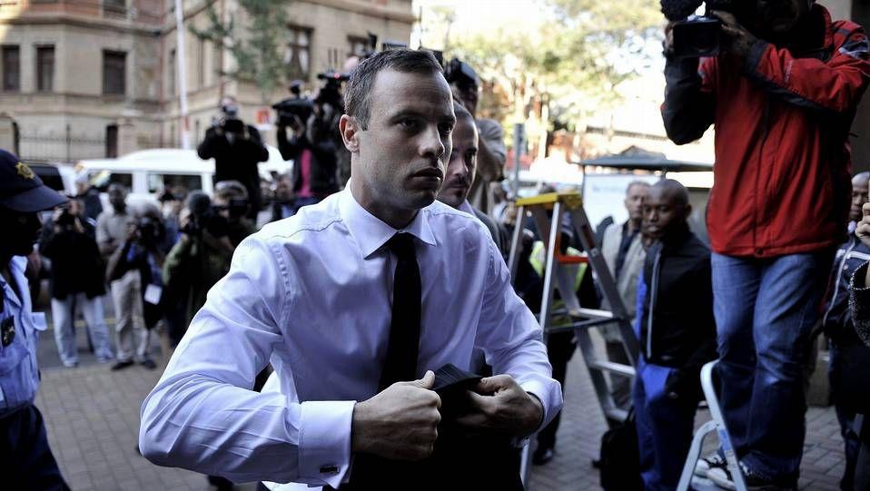 Oscar Pistorius a su llegada a una sesión de su juicio por asesinato en Pretoria