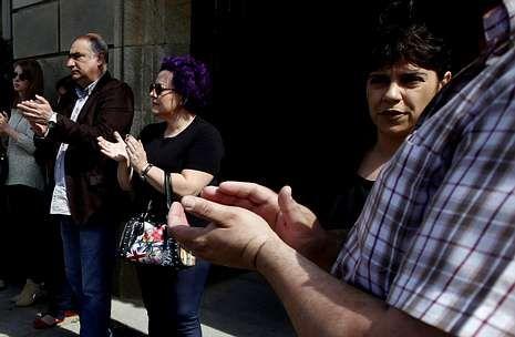 Rubalcaba: «Tenemos que votar en A para que no ganen quienes pagan en B».Los socialistas se ven obligados a remodelar su grupo por el «desliz» de Camiño en Facebook.