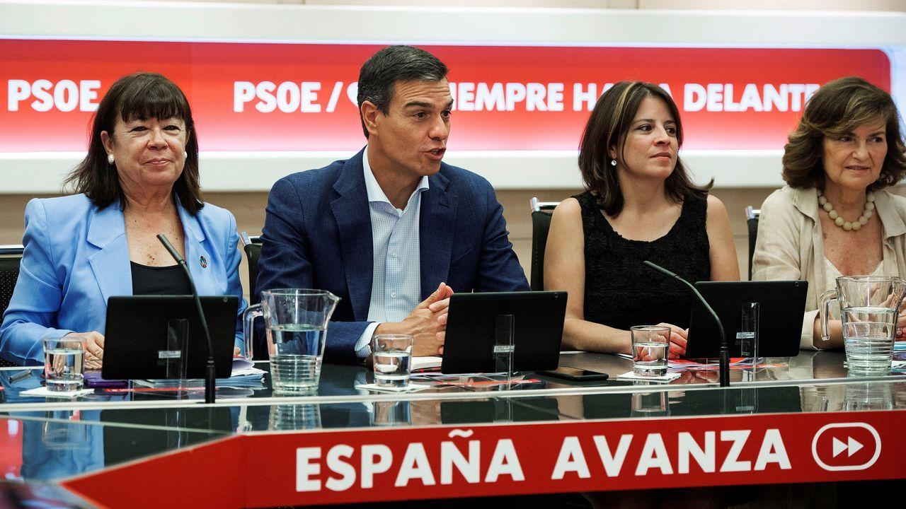 El secretario general del PSOE, Pedro Sánchez; la presidenta del partido, Cristina Narbona (i); la portavoz, Adriana Lastra (d), y la vicepresidenta, Carmen Calvo (d) durante una reunión de la Ejecutiva Federal del partido, este lunes en Ferraz