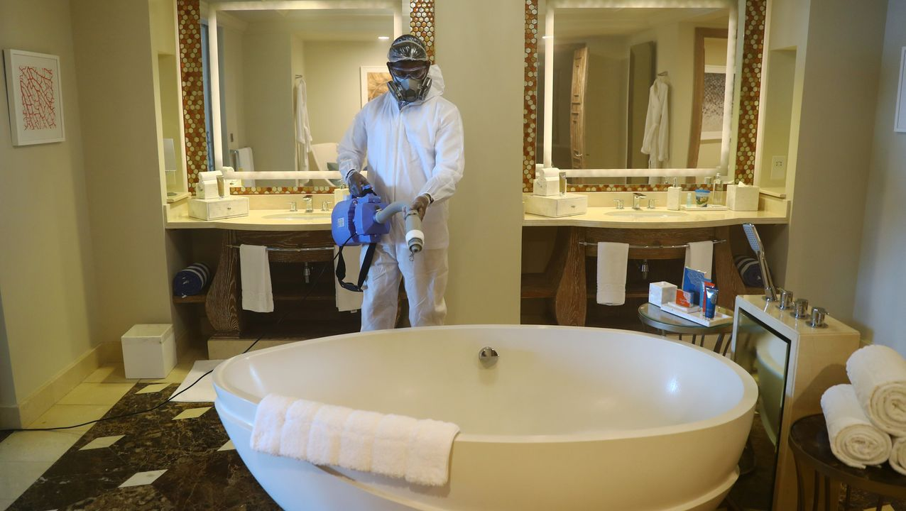 El trabajador de un hotel en Dubai esteriliza las instalaciones del lugar, que se prepara para la reapertura del turismo en Emiratos Árabes Unidos