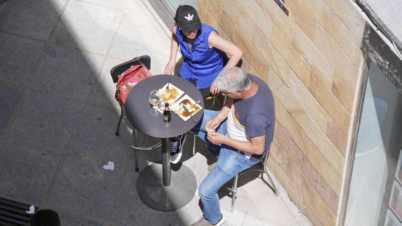 Un hombre y una mujer, en la terraza de un bar en Castro Urdiales