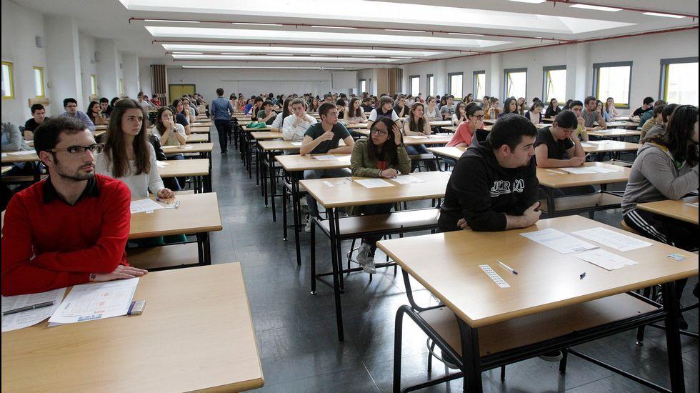 Alumnos del Valle Inclán celebran con sus mejores galas su graduación.En la facultad de Caminos de A Coruña se examinan los alumnos de 16 colegios y centros de la ciudad y entorno