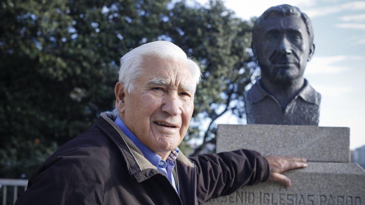 Arsenio Iglesias, ante el busto que le fue dedicado.