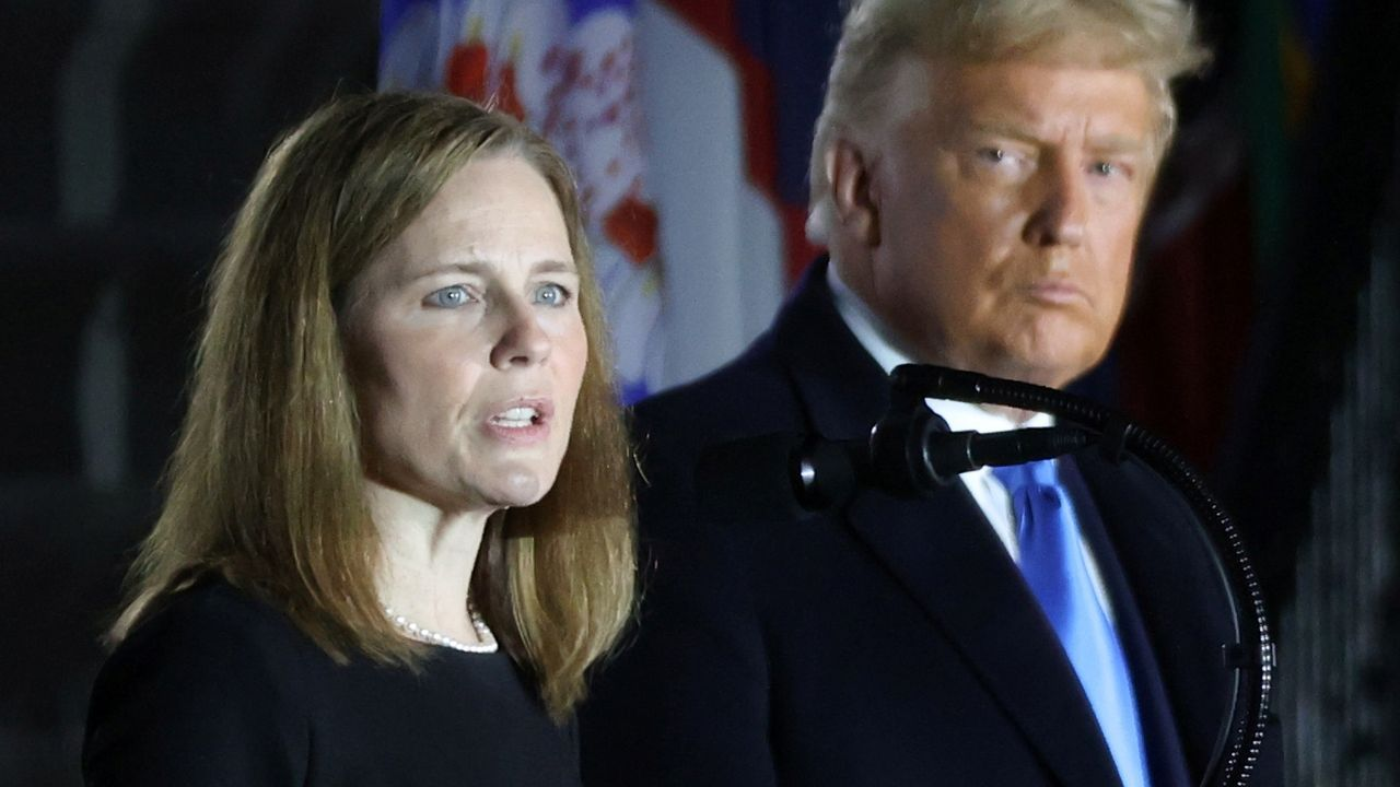 La jueza conservadora Amy Barrett, junto a Donald Trump