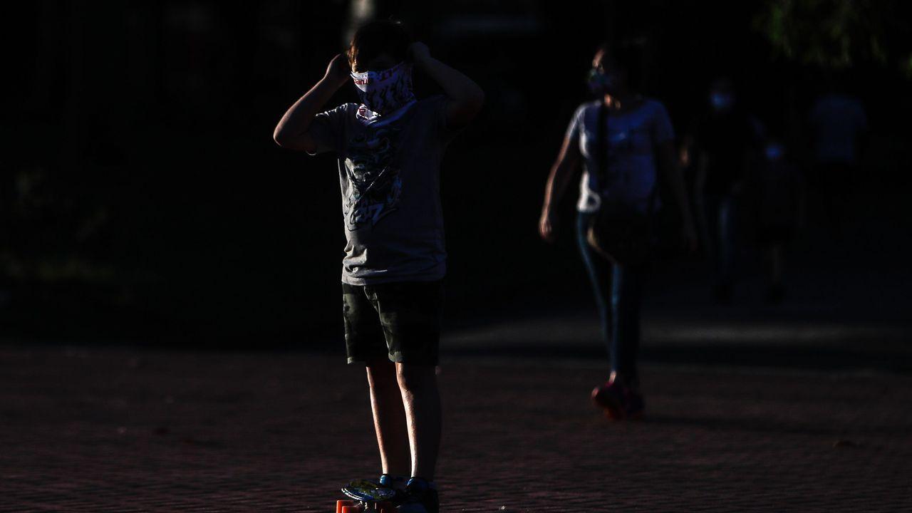 Un niño utiliza una mascarilla en un barrio de Buenos Aires