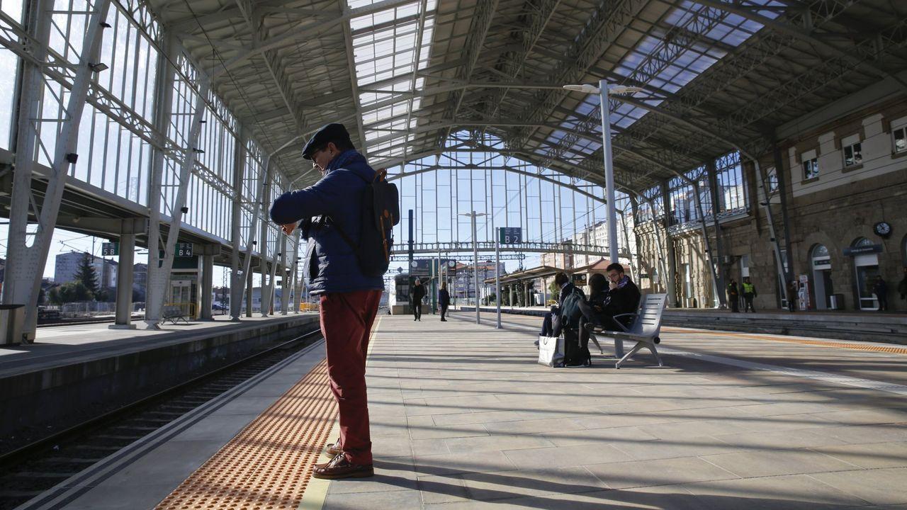 Valdeorras reclama que se mantenga la venta de billetes de tren en O Barco y A Rúa.Un pasajero esperando un tren en la estación de Santiago en una imagen de archivo