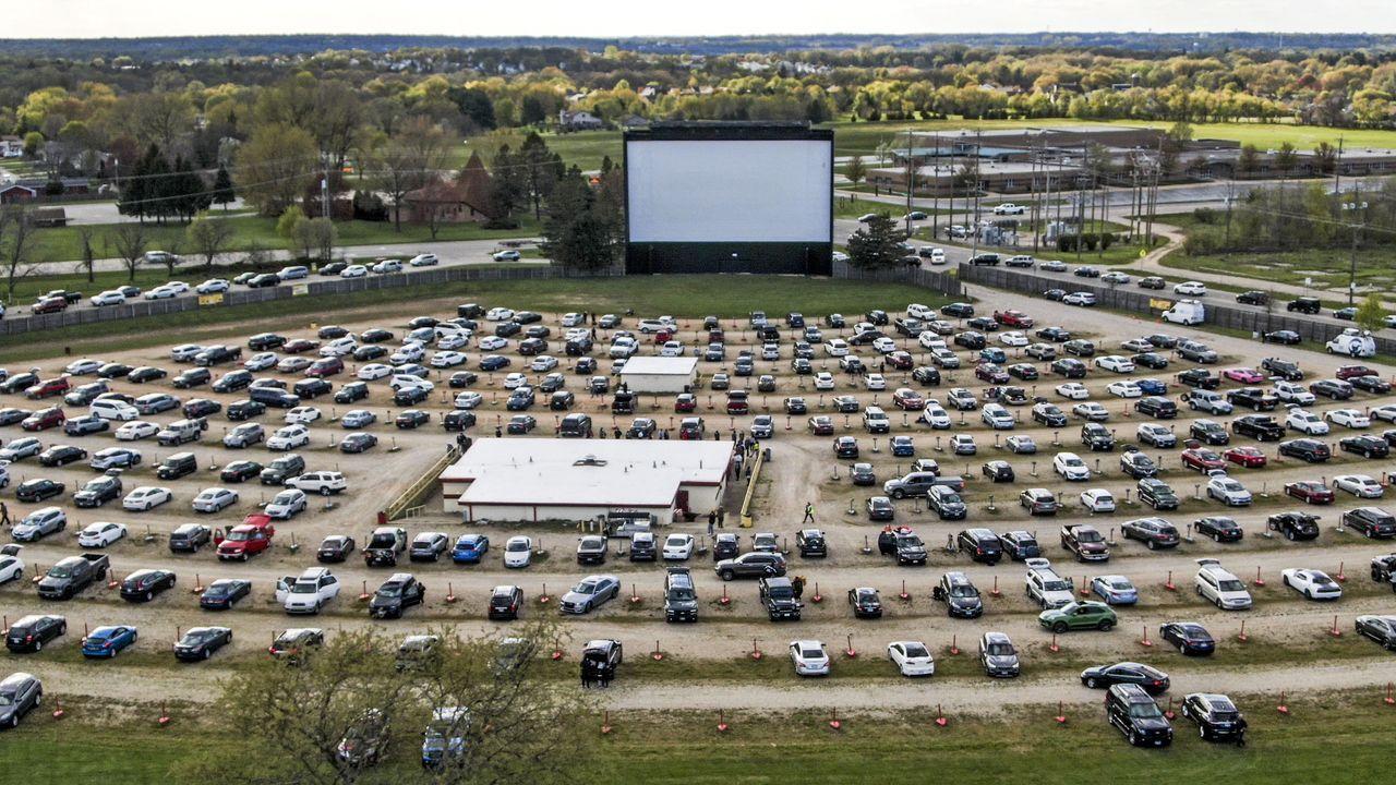 Los vehículos llegan al cine al aire libre McHenry en McHenry, en Illinois. El negocio recibió el visto bueno del estado para reabrir