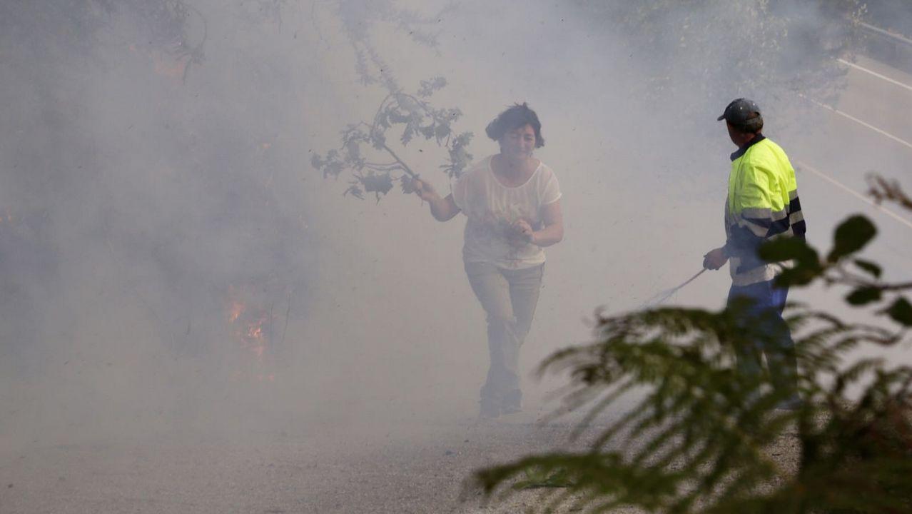 Un retén de bomberos en el incendio sw San Cristovo de Cea
