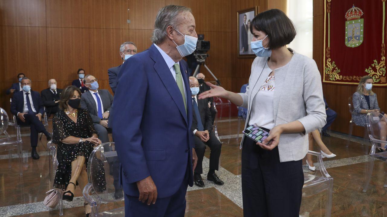 El presidente y editor de La Voz de Galicia, Santiago Rey Fernández-Latorre, charla con la líder de la oposición Ana Pontón