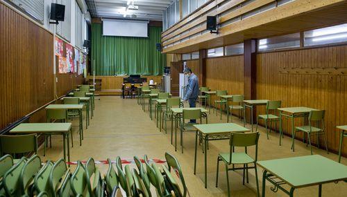 En el instituto Fernando Wirtz de A Coruña han reconvertido el salón de actos en aula para retomar las clases con distancia de seguridad frente al covid-19