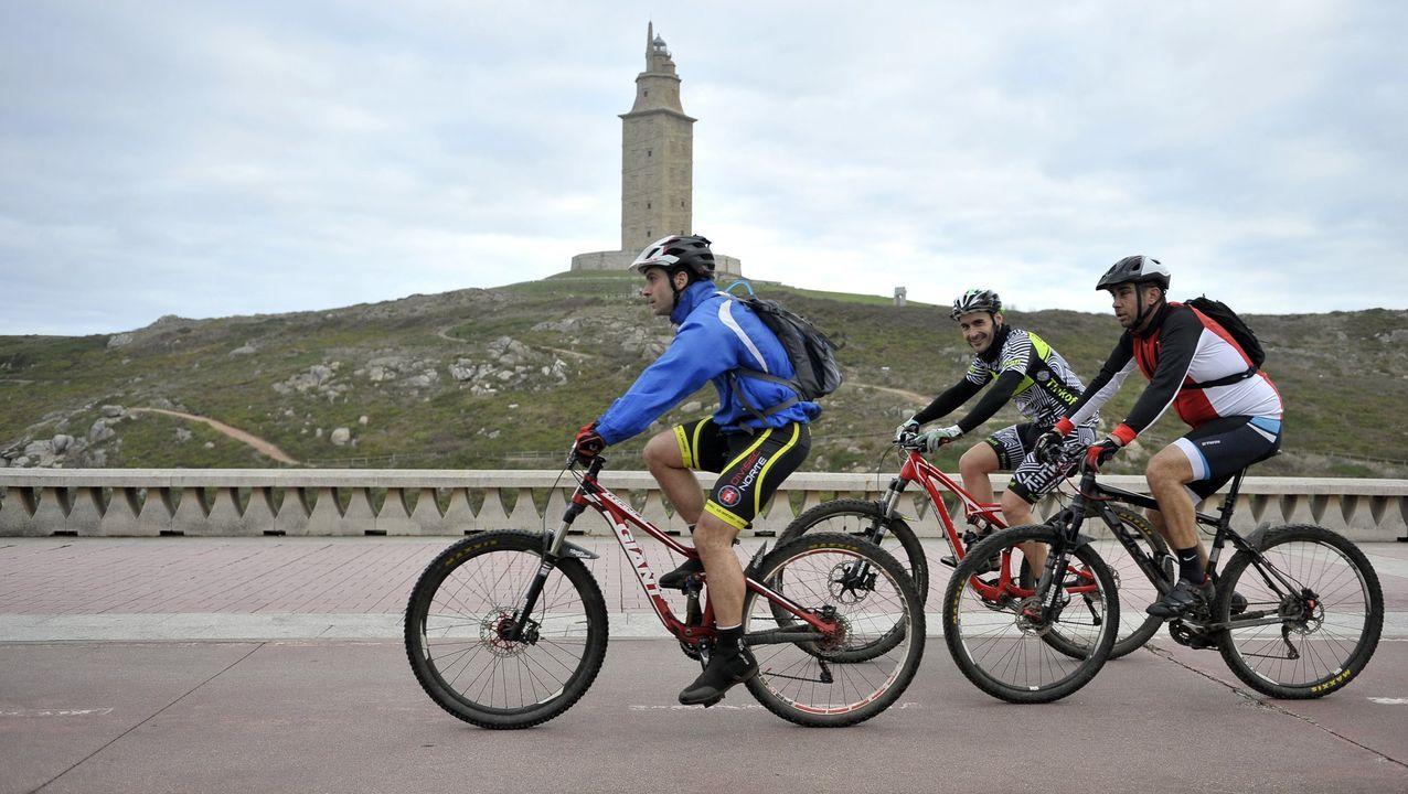 Ciclistas por el entorno de la Torre de Hércules