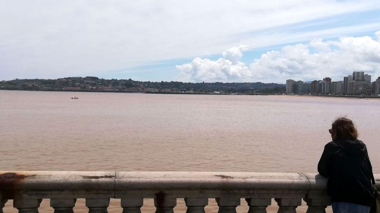 Inundaciones en A Coruña.Mancha en la playa de San Lorenzo de Gijón tras las fuertes lluvias