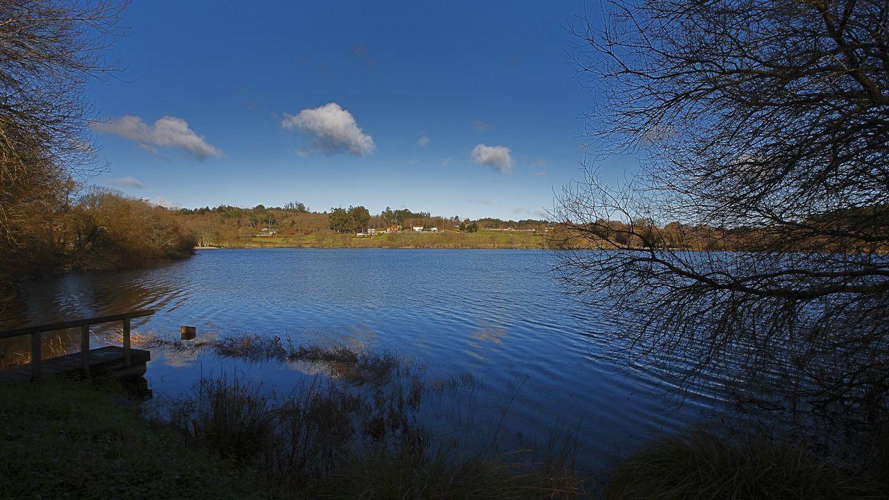 En la laguna de Sobrado dos Monxes se encontraron objetos enterrados