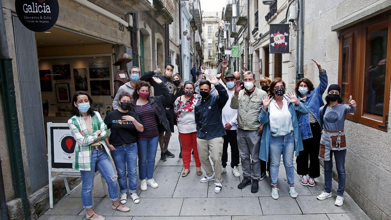 Una calle en la que conviven negocios tradicionales y nuevas tendencias.El diputado nacionalista carballés Daniel Pérez